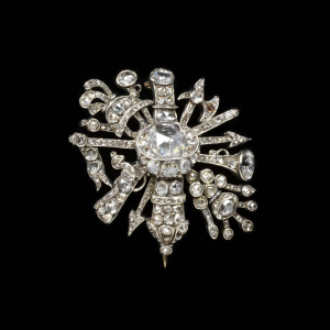 Anonymous-orfevrerie-Brooch-c1750-diamonds-set-in-silver-V&A-imitating-military-trophy
